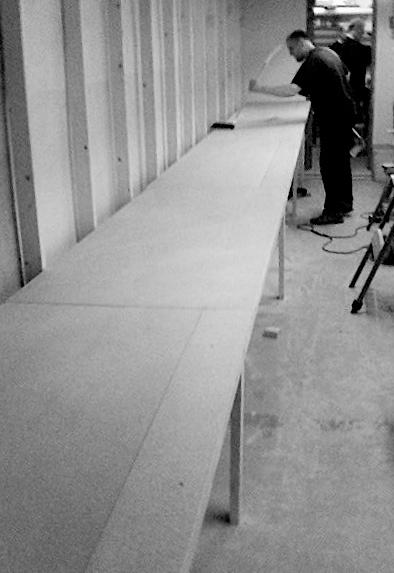 Arbeidsbenk i gangen