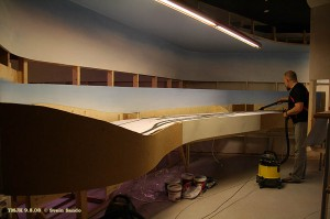 Torstein støvsuger Undredalseksjonene etter at frontplatene er på plass, to lag laminert 3 mm hård plate.