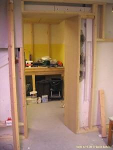 Omramming for innerste dør til MJ-rommet ble endelig påbegynt og langt på vei fullført.