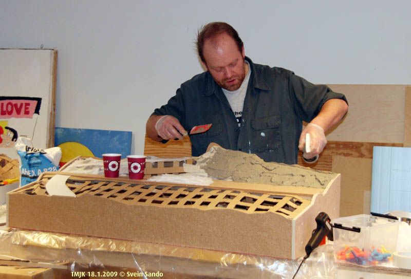 Henning tester og demonstrerer Joe Fugates basismateriale, en blanding av gips, Poertland sement og lettvektspartikler brukt i gartnerivirksomhet.