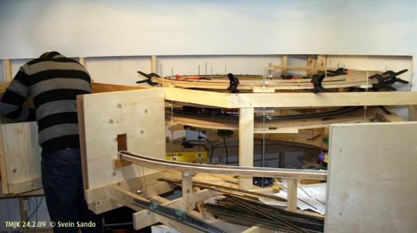 Håvard drev med titteskapet inn til banevognerboligen og jeg er i ferd med å fullføre helixen.