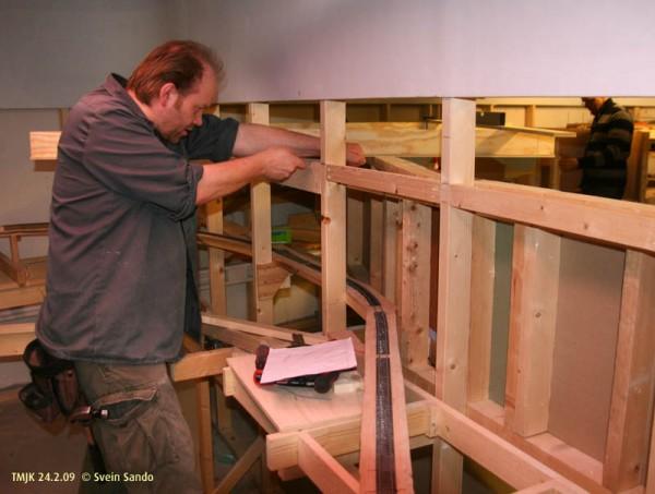 Henning i gang med å tilpasse og finjustere bæresystemet for øverste etasje over Undredal