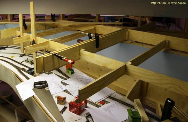 2.etasjerammeverket lages av kryssfiner helt og holdent