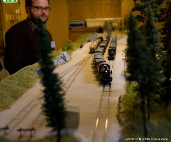 Straks tømmertoget ankom Isaker st, dro 33a-maskina avgårde med et annet langt godstog.