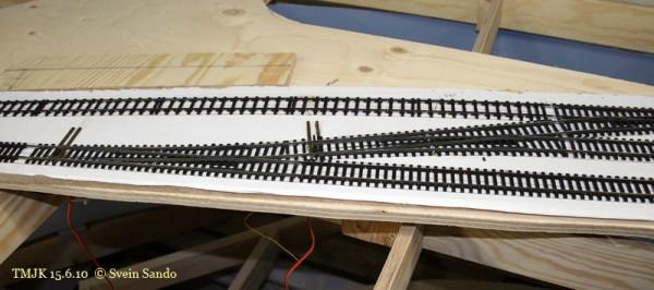Tre brunerte veksler lagt inn på Ødsle. Man kan så vidt skimte ledningene fra servermotorene for tungeomleggingen.
