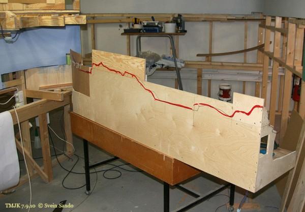 Baksiden av seksjonen rett nord for Undredal er påført hvordan den skal sages ut for å få den ønskede konturen på landskapet. Her er det planlagt i minste detalj (se side MJ-blad) med modell av modellen også.