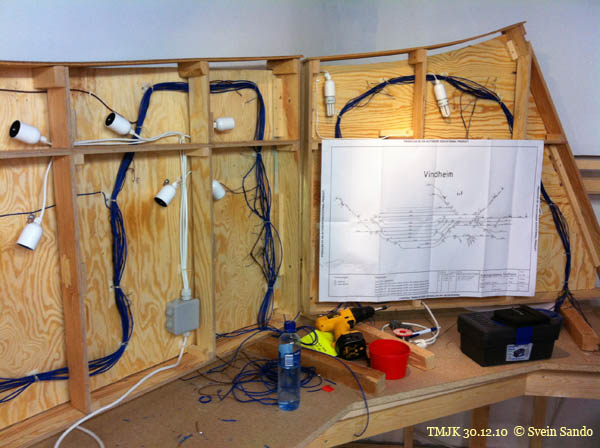 VIndheim-seksjonen er snudd på høykant for å få gode arbeidsforhold for kabeltrekkerne. Skjematisk sporplan med info om sporfelt, veksler og signaler gir prinsippene for arbeidet.