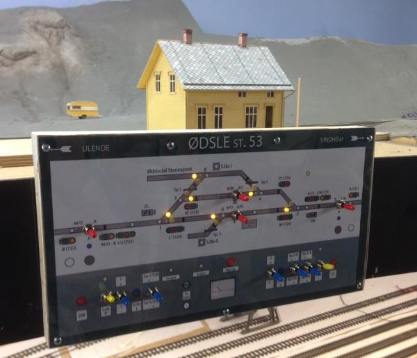 Midlertid stillverk med forbilde i NS63. Sporvekselindikatorer fungerer, og togveier kan legges, eller manuel veksellegging (blå stillere) når man legger stillverket i Lokal-stilling, og da slås togveistillerne (de røde) av.