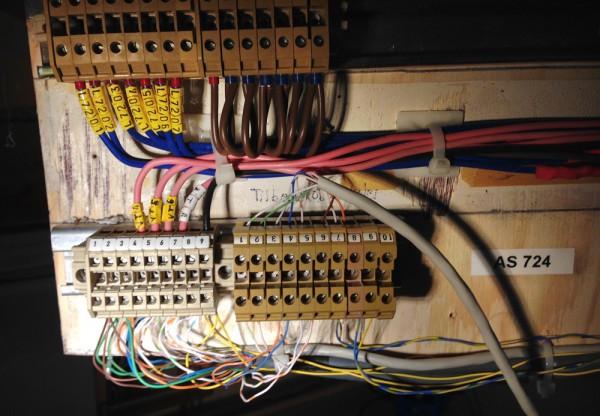 Kolbingspanel (apparatskap 724) for sporfelt (de blå øverst) og sporveksler på Undredal. Klubben har vært så heldig å få overdratt store mengder profesjonelt koblingsmateriell. Det gir orden i systemet, men tar litt plass.