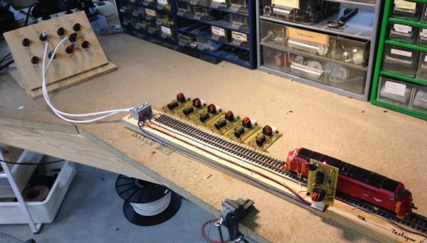 Testspor for sporfeltdetektor DCCOD. Kraftstrømspanel i bakgrunnen.